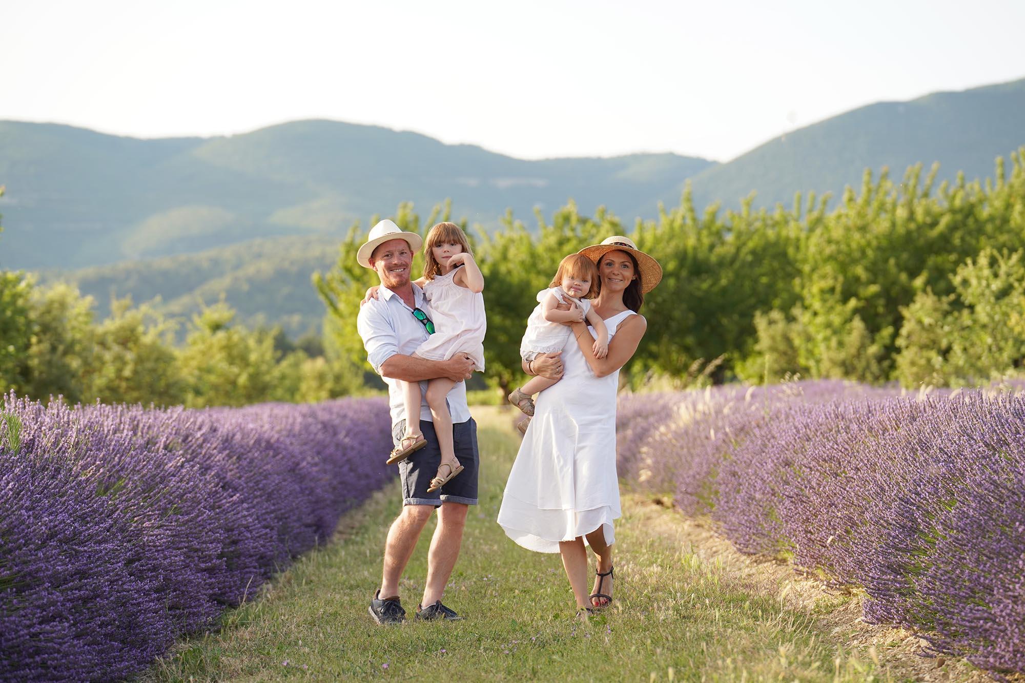 photographe de famille avec shooting en famille pres de manosque 04 dans les lavandes