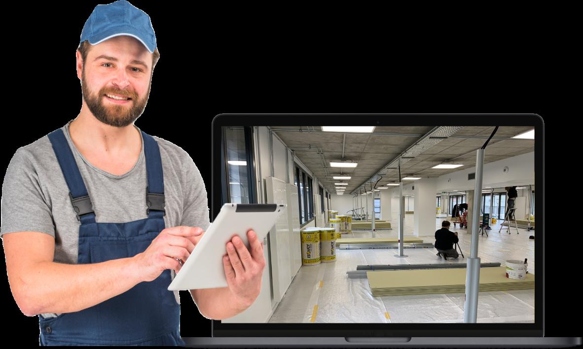 photo d'un personnage en salopette tenant une tablette et devant un écran d'ordinateur avec photo chantier