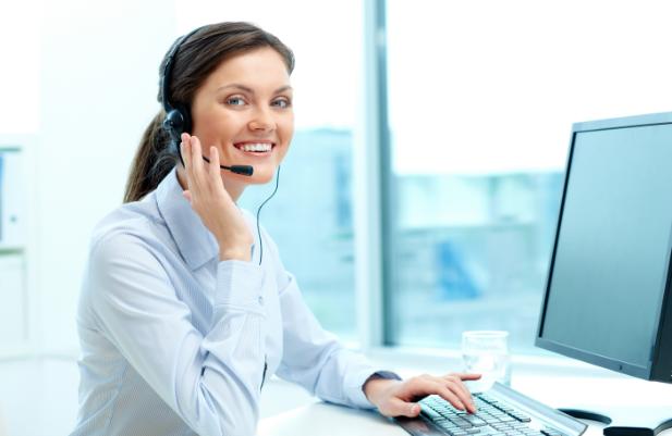 photo femme devant ordinateur avec casque audio assistance