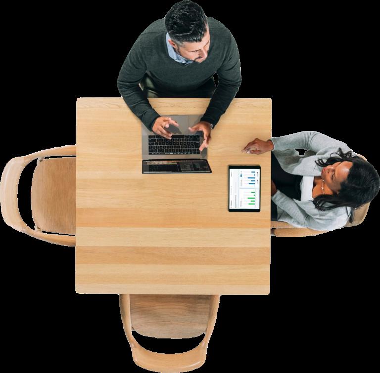 photo vue du dessus de 2 personnes autour d'une table