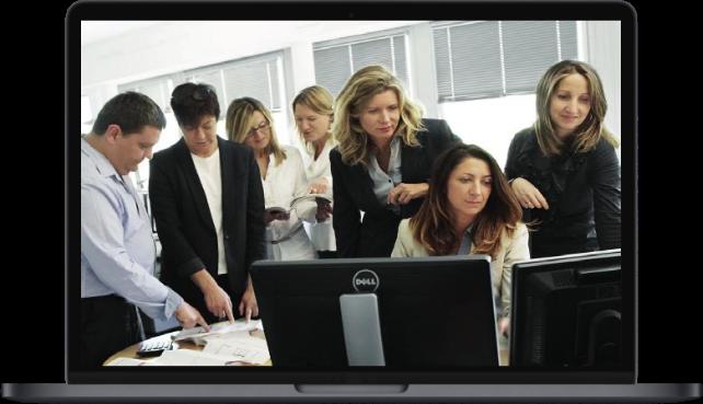 photo dans écran ordinateur avec des personnes qui discutent autour d'une table