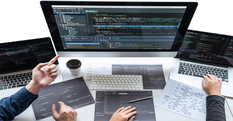 écran d'ordinateur vu du dessus avec clavier bureau et main des personnages