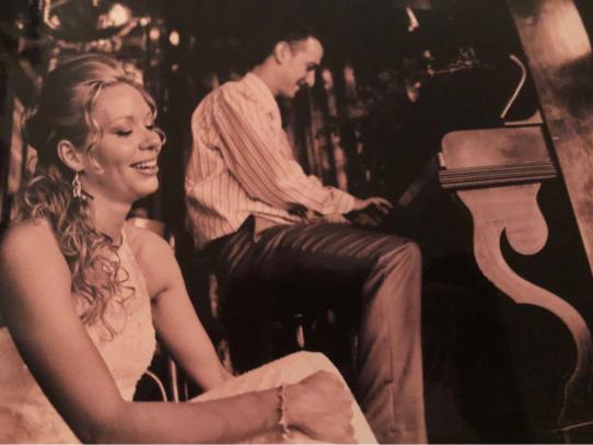Een vrolijk, net getrouwd echtpaar, afbeelding
