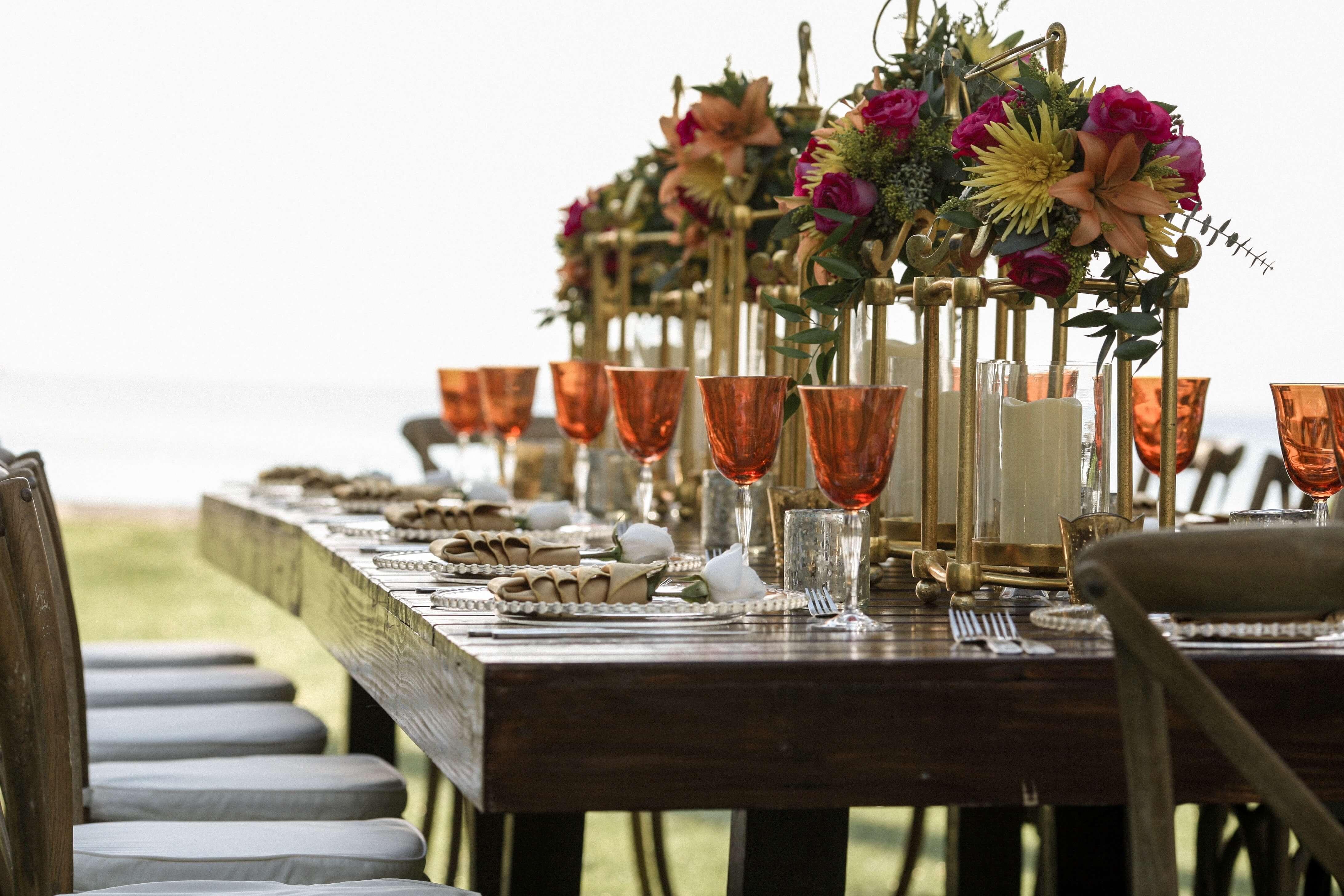 Gedekte tafels met wit linnen en servies ter voorbereiding van een evenement,image