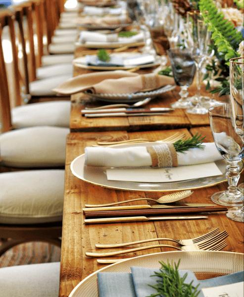 Afbeelding van een gedekte tafel voor een kleine evenement