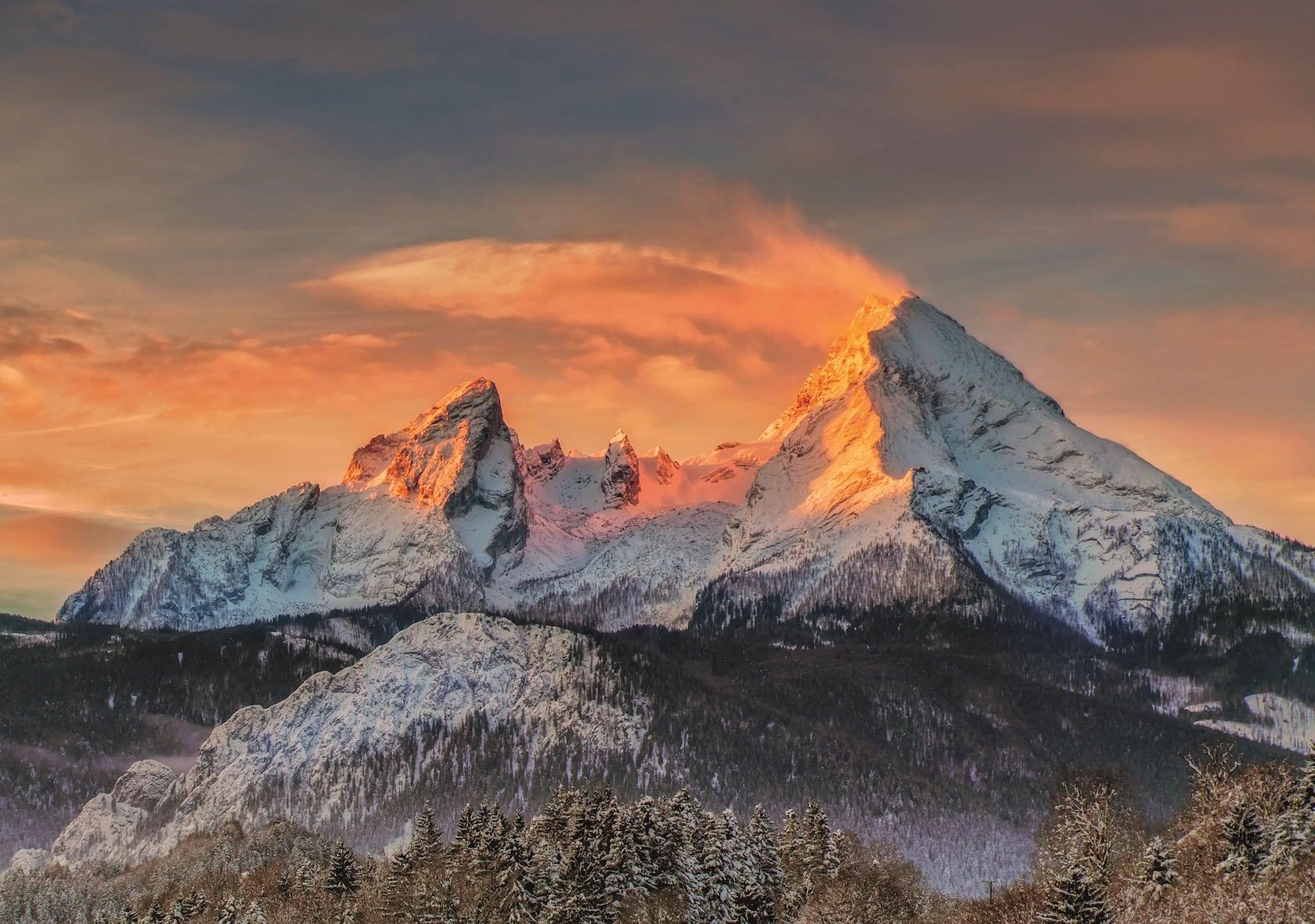 Bild eines Berges, der von der Sonne beleuchtet wird