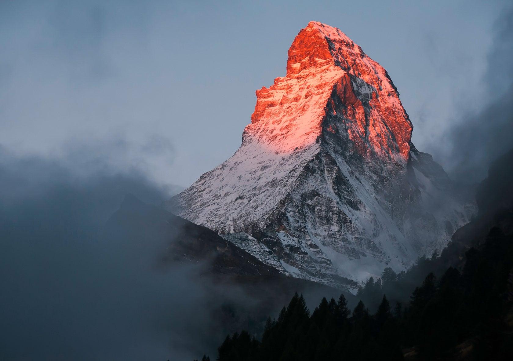 Bild eines Berges, die Spitze ist von der Sonne beleuchtet