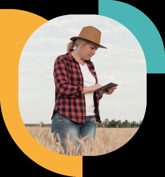 une agricultrice au champ regardant son portable