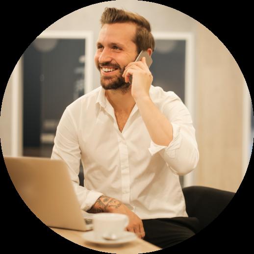 un homme souriant parlant au téléphone