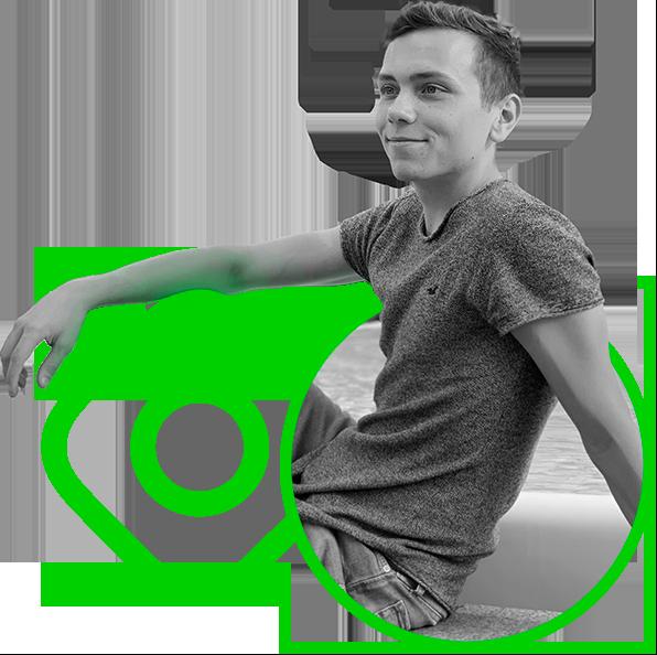 Fred Dressel mit dem Arm auf einem grünen Instagram Logo