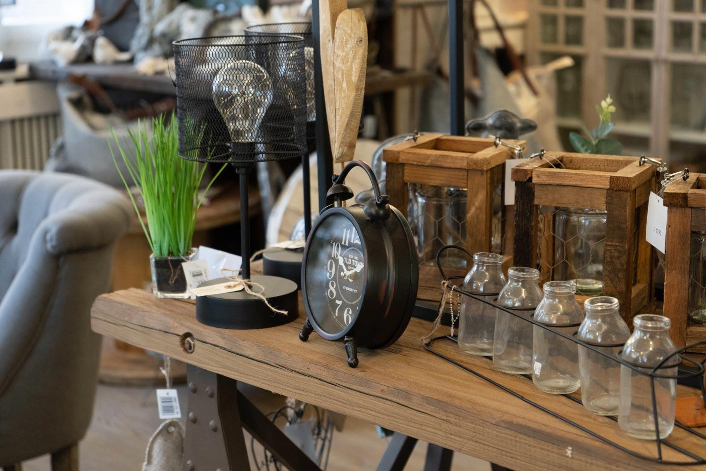 Alte Uhr mit Vintage Dekoration