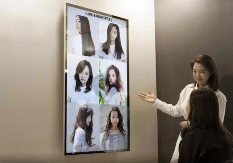 Салон красоты  Leekaja Hairbis  в Сеуле использует интерактивное зеркало в рамках консультаций по выбору прически.