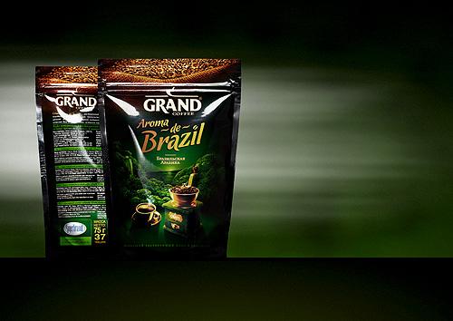 """Насыщенная темно-зеленая цветовая гамма отличается от существующих вариантов растворимого сублимированного кофе в линейке """"GRAND"""" и акцентирует внимание на глубоком, насыщенном кофейном вкусе и аромате этого нового, более премиального продукта."""