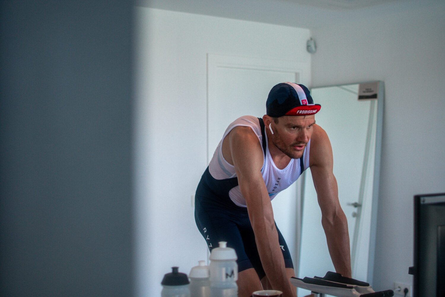 03_breitling-triathlon-squad-member-jan-frodeno-cycling-during-his-tri-at-home-scaled.jpg
