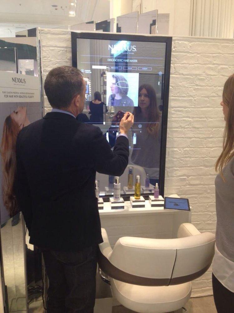 Салон красоты  NEXXUS  в Нью-Йорке использует интерактивное зеркало в качестве диагностики стиля и состояния волос.