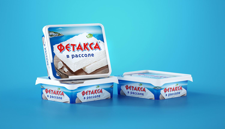 Бренд «Фетакса» появился в России в 2007 году, а к 2017 лидер рынка в своей категории дополнил ассортиментную линейку «Фетаксой в рассоле». Целью ребрендинга стала актуализация дизайна. Крупно демонстрируя продукт и его основную характеристику, а именно типичный и традиционный греческий вкус, дизайнеры представили лаконичное решение в сложной продуктовой категории. Последняя требует в первую очередь заметности на полке и понятности восприятия визуального ряда.  Сыр с белоснежной мякотью, море и типичный греческий остров на его фоне представлены максимально реалистично. Белая брынза – ключевой образ упаковки, расположенный на первом плане. Живое, настоящее изображение подчеркивает чистый состав и натуральность продукта. Вместе с синим на дальнем плане белый создает характерный для Греции цветовой контраст и визуальное сочетание, которое подчеркивает средиземноморские корни рецепта.