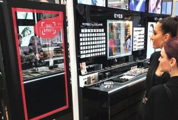 L'Oreal  приобрел ModiFace, магазин программного обеспечения в Торонто, разработавший серию активных трехмерных виртуальных зеркал для ведущих розничных брендов красоты, таких как  Sephora , а также приложений для смартфонов и возможностей для производителей.