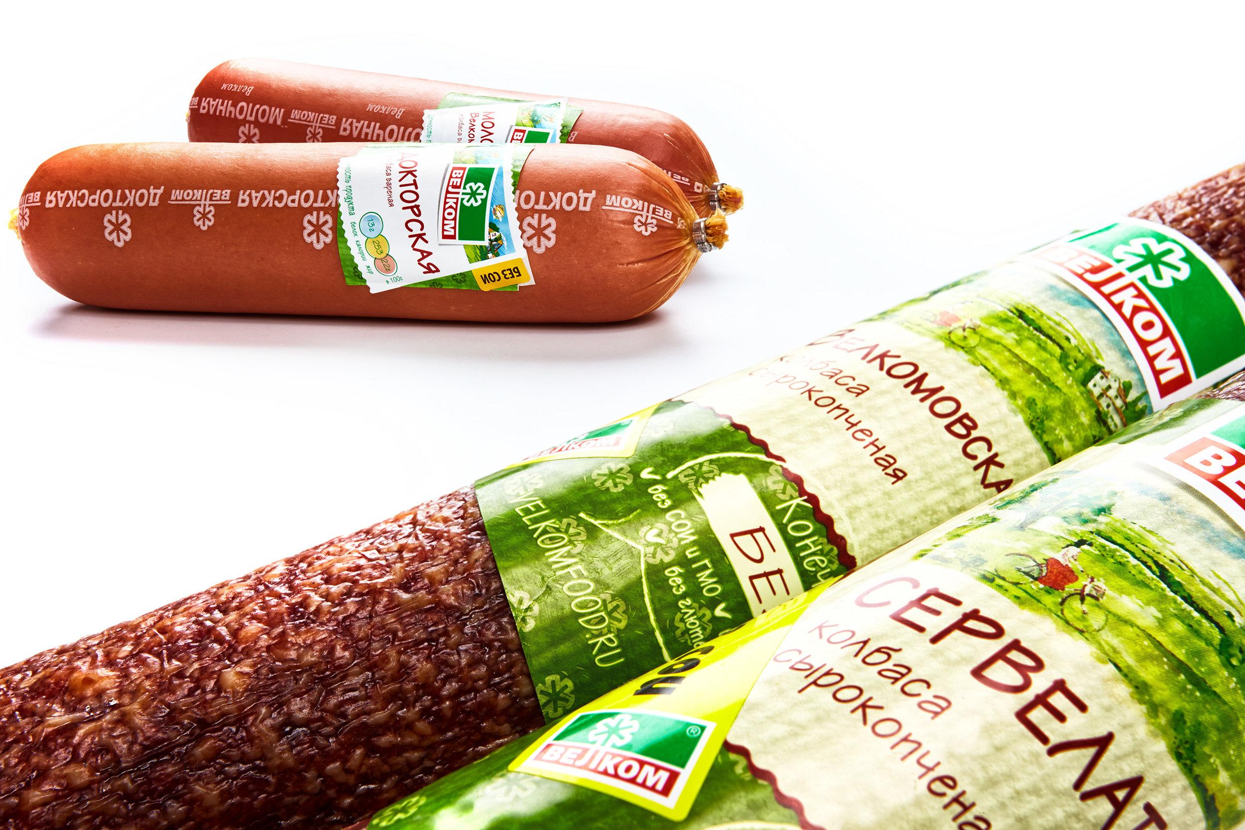 Брендинговое агентство  BQB  обновило дизайн этикеток колбасных изделий мясокомбината ВЕЛКОМ: вареных, варено- и сырокопченых колбас, сосисок, сарделек и деликатесов.