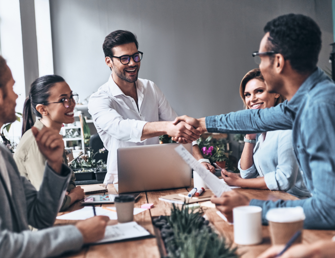 Here are 8 ideas on what to include in your employee welcome kit to engage new hires on their first day.