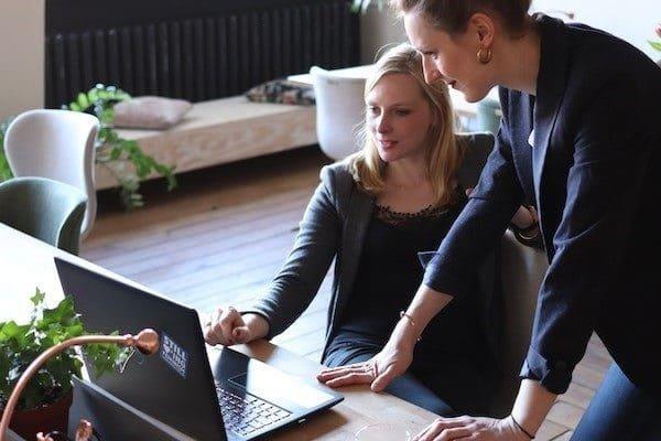 Deux femmes travaillant devant un ordinateur