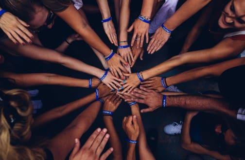 Mains liées au centre comme un symbole d'entraide