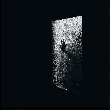 Imagen de una mano en la ventana pidiendo auxilio