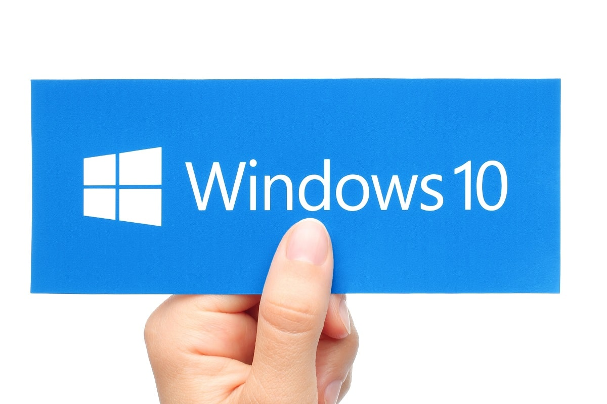 Windows 10 Logo in Hand
