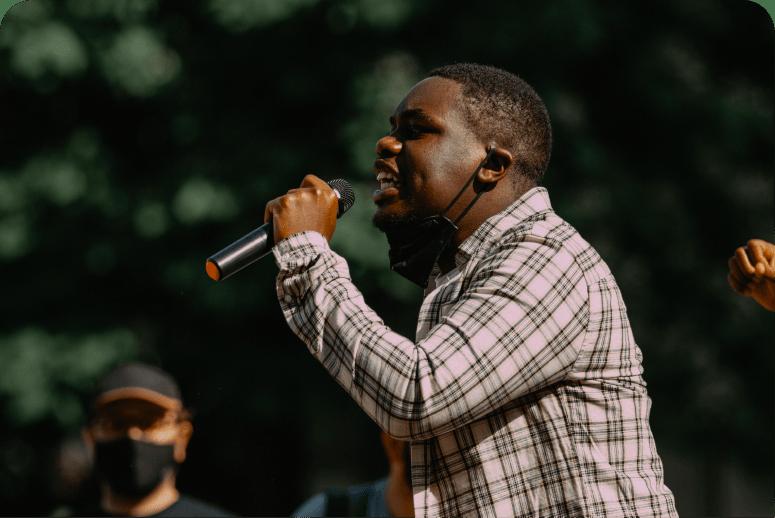 Homme en train de chanter