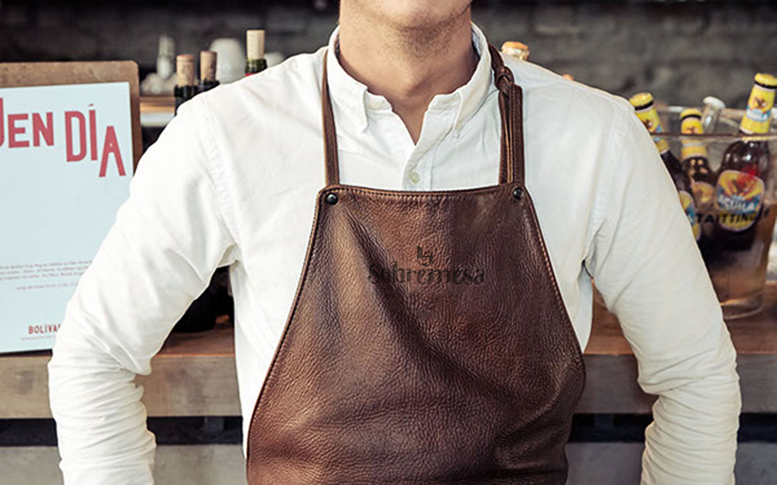 A man wears an apron with the watermark of La Sobremesa