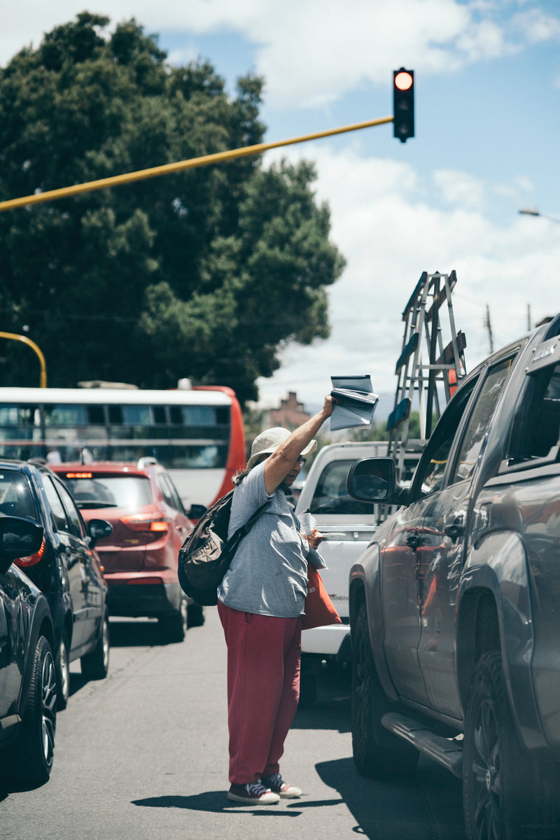 trabajadora informal en las calles de Colombia