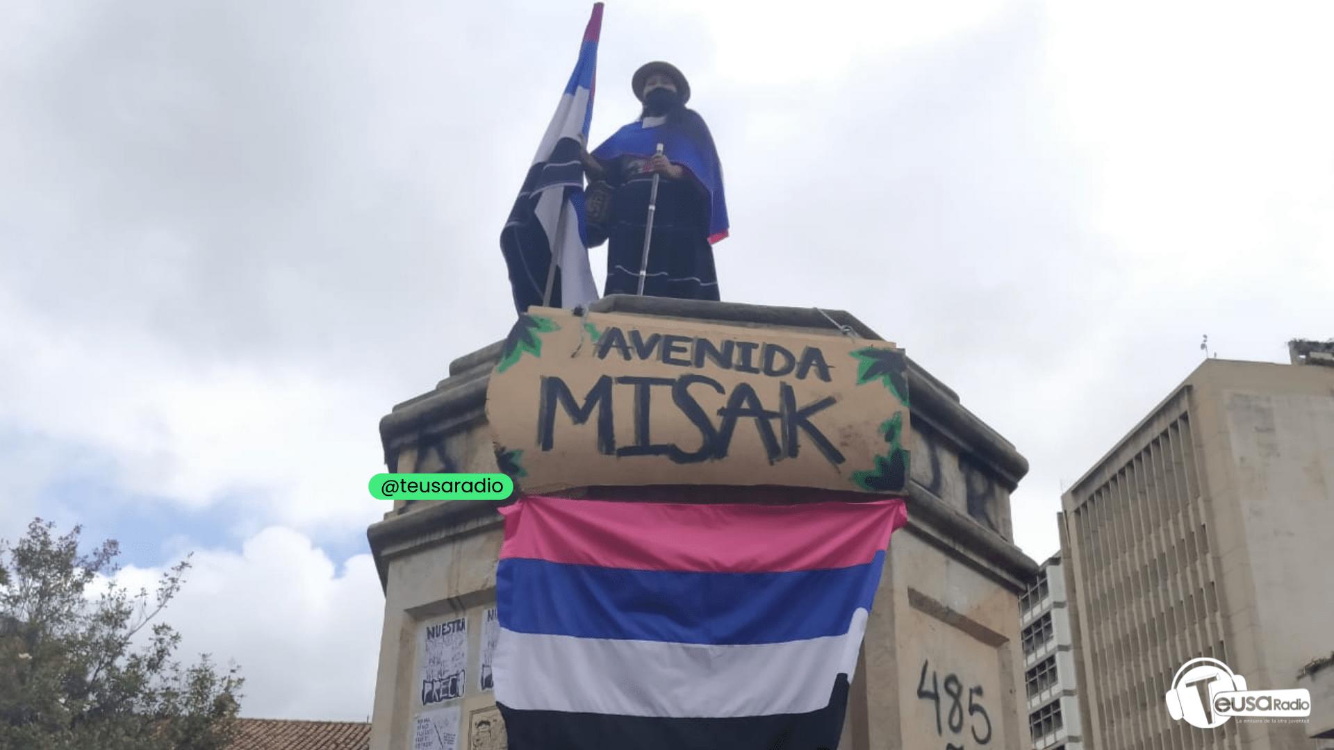 Indígenas Misak tumban estatua de Gonzalo Jimenez