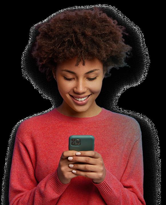Mulher com telefone sorrindo