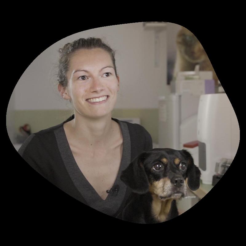 Marie en interview avec son chien Fidji