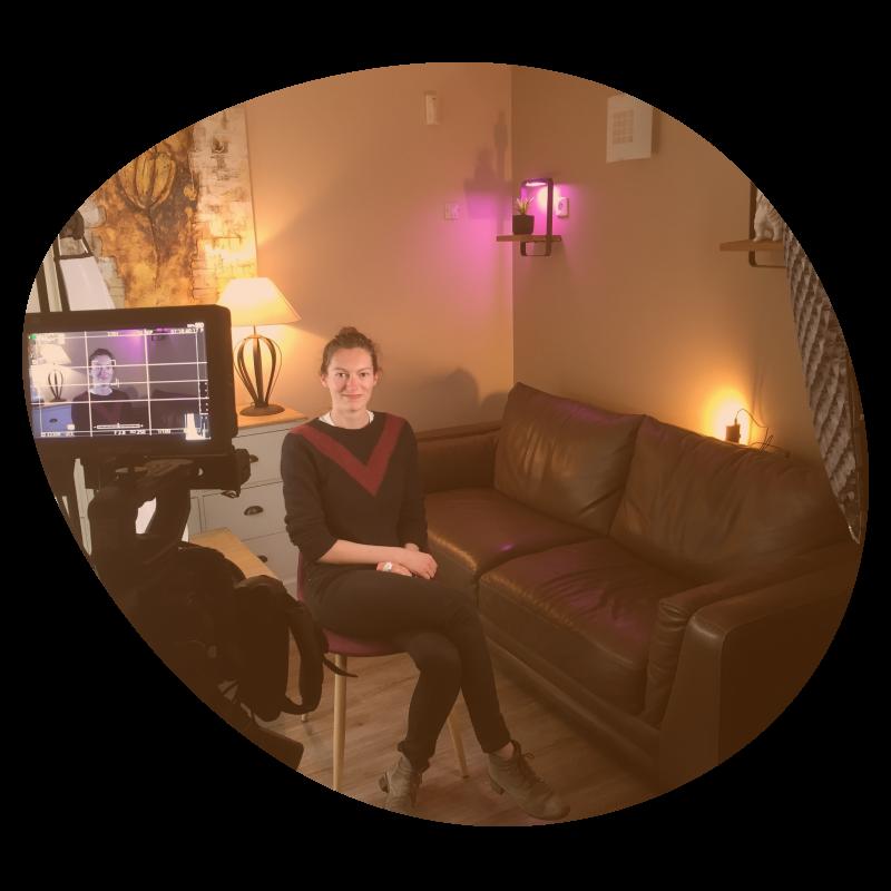 Mise en scène d'une interview avec caméra, spot lumière et lumières décoratives.