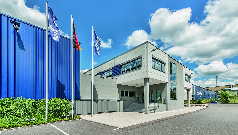 REISSER-Unternehmenssitz mit modernem, weiß-grauen Gebäude und seitlich angrenzend blauen Werkshallen