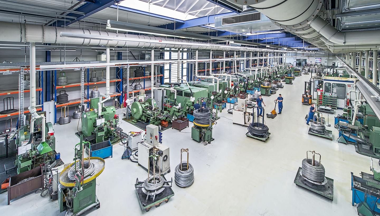 Große, helle, mit zahlreichen Maschinen bestückte Werkshalle