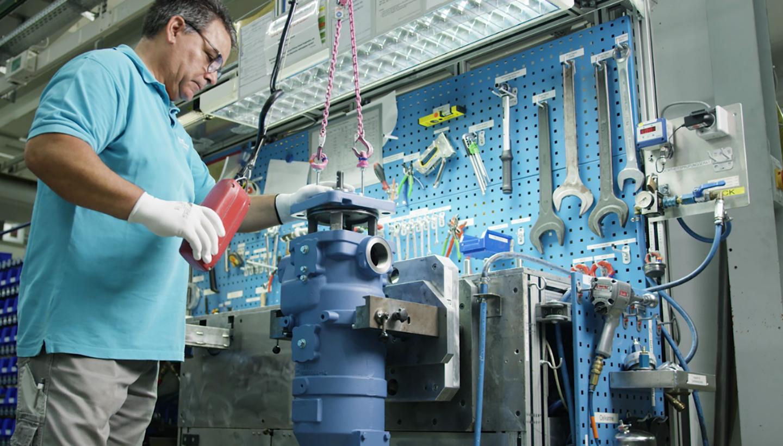 Ein Mann bedient eine Maschine in der Produktion