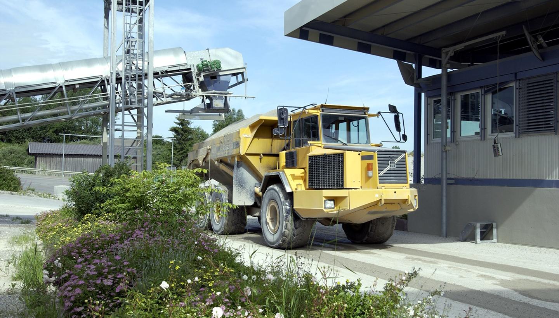Ein mit Schüttgut beladener LKW im Wiegebereich eines Werkes.