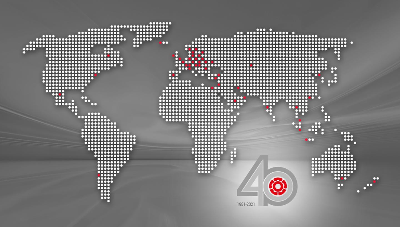 Stilisierte Weltkarte, auf der mit roten Punkten die Unternehmensstandorte markiert sind
