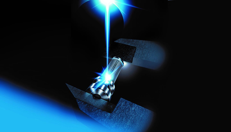 Ein Laserstrahl trifft auf das Gehäuse eines Metallfilters.