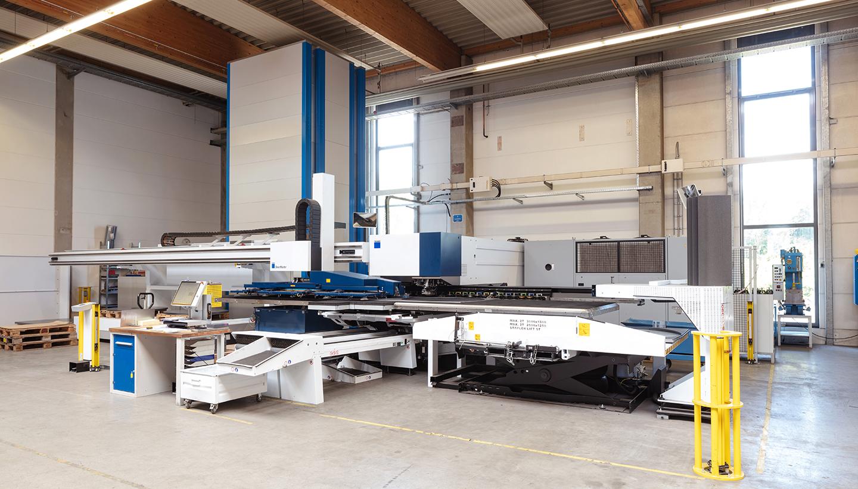 Eine Maschine zur Blechbearbeitung steht in einer Halle