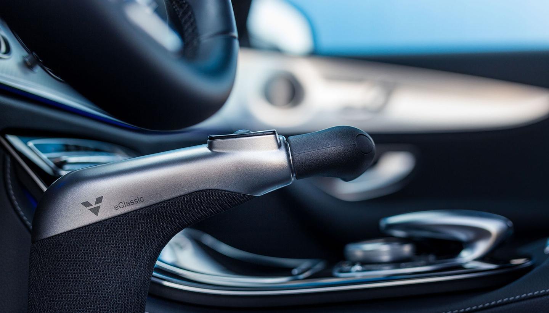 Blick von der Seite auf den Fahrersitz im Pkw mit Handbedienung