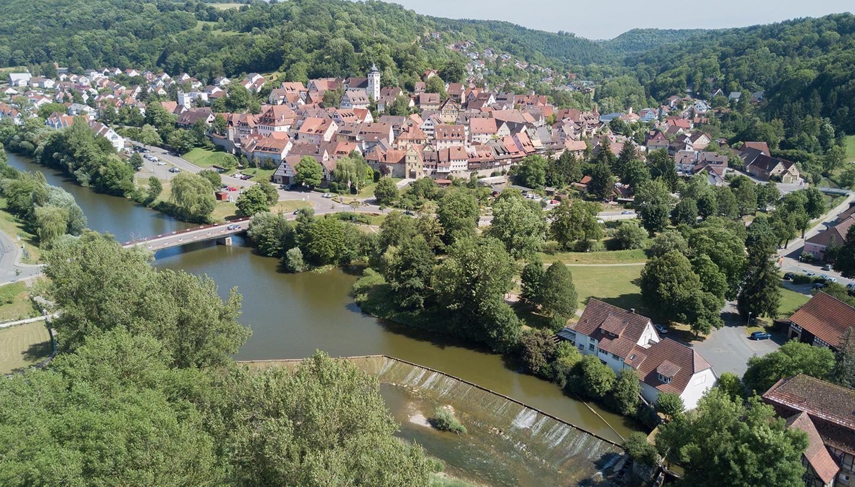 Luftbild eines Stadtzentrums mit Kirche am Fluss