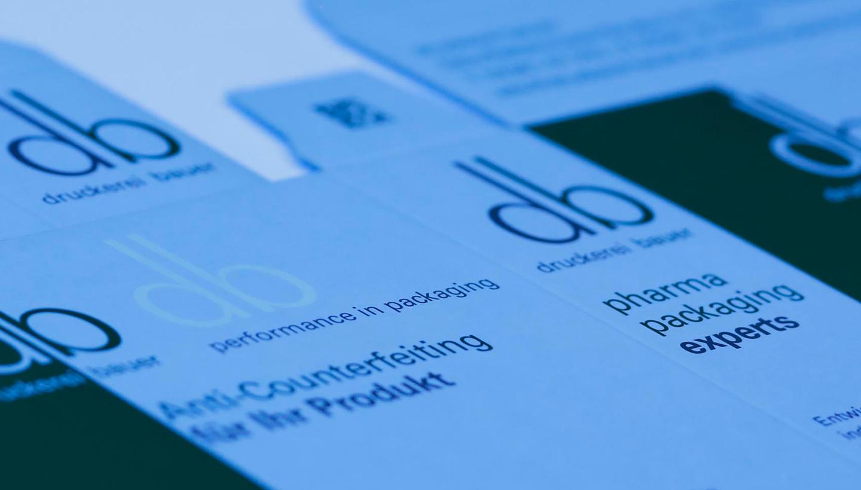 Druckbogen einer Medikamentenverpackung mit dem nur unter UV-Licht sichtbaren db-Logo.