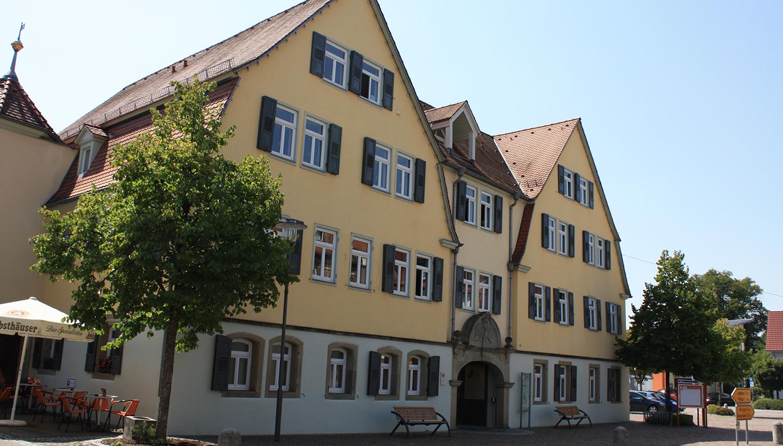 Das gelbe Rathaus Kupferzell mit drei Gebäudeteilen mit Satteldach, von wo aus die Gemeindeverwaltung mit ihren rund 130 Mitarbeitenden agiert