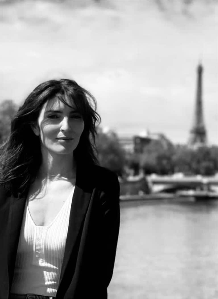 Photographie portrait de Ingrid Dantan devant la tour Effel