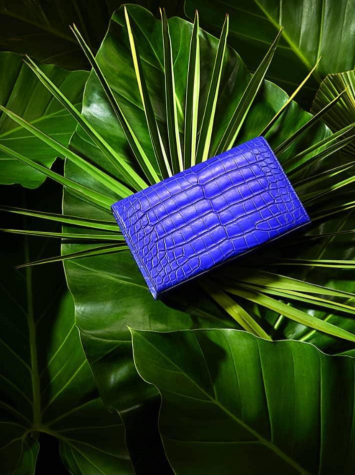 Pochette plumes bleu et cuir python haute couture Majorelle Ingrid Paris de dos