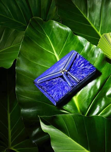 Pochette plumes bleu et cuir python haute couture Majorelle Ingrid Paris
