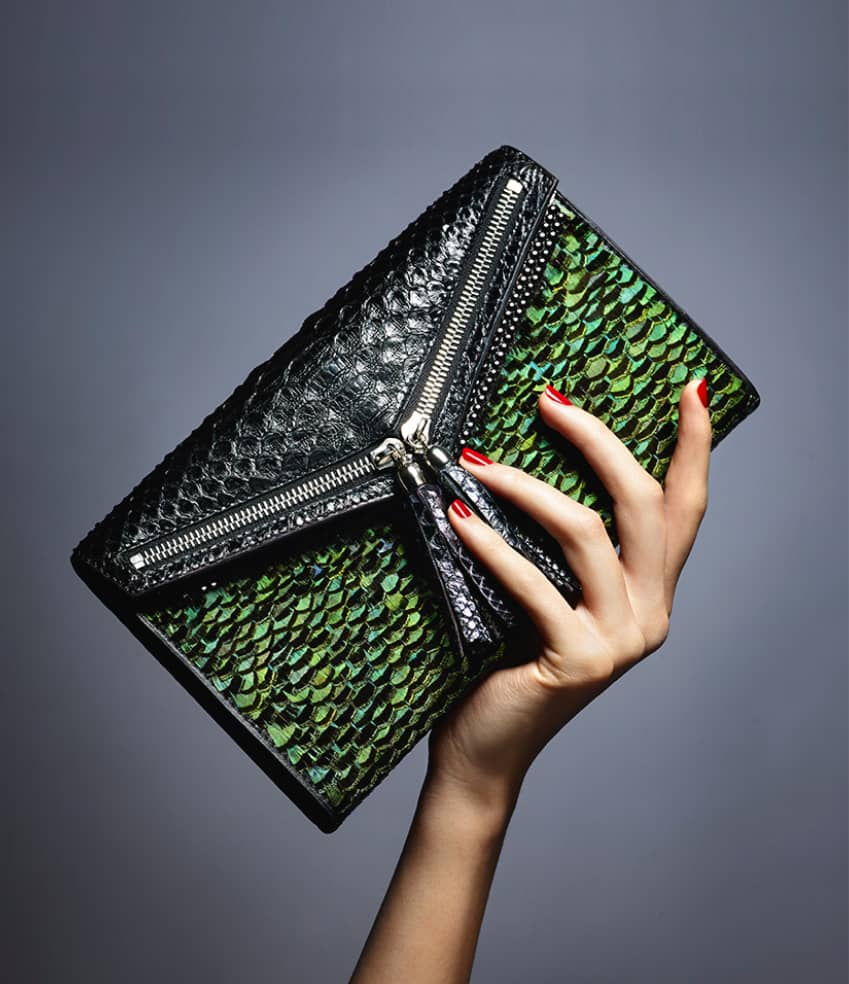 Pochette haute couture Esméralda Ingrid Paris dans une main