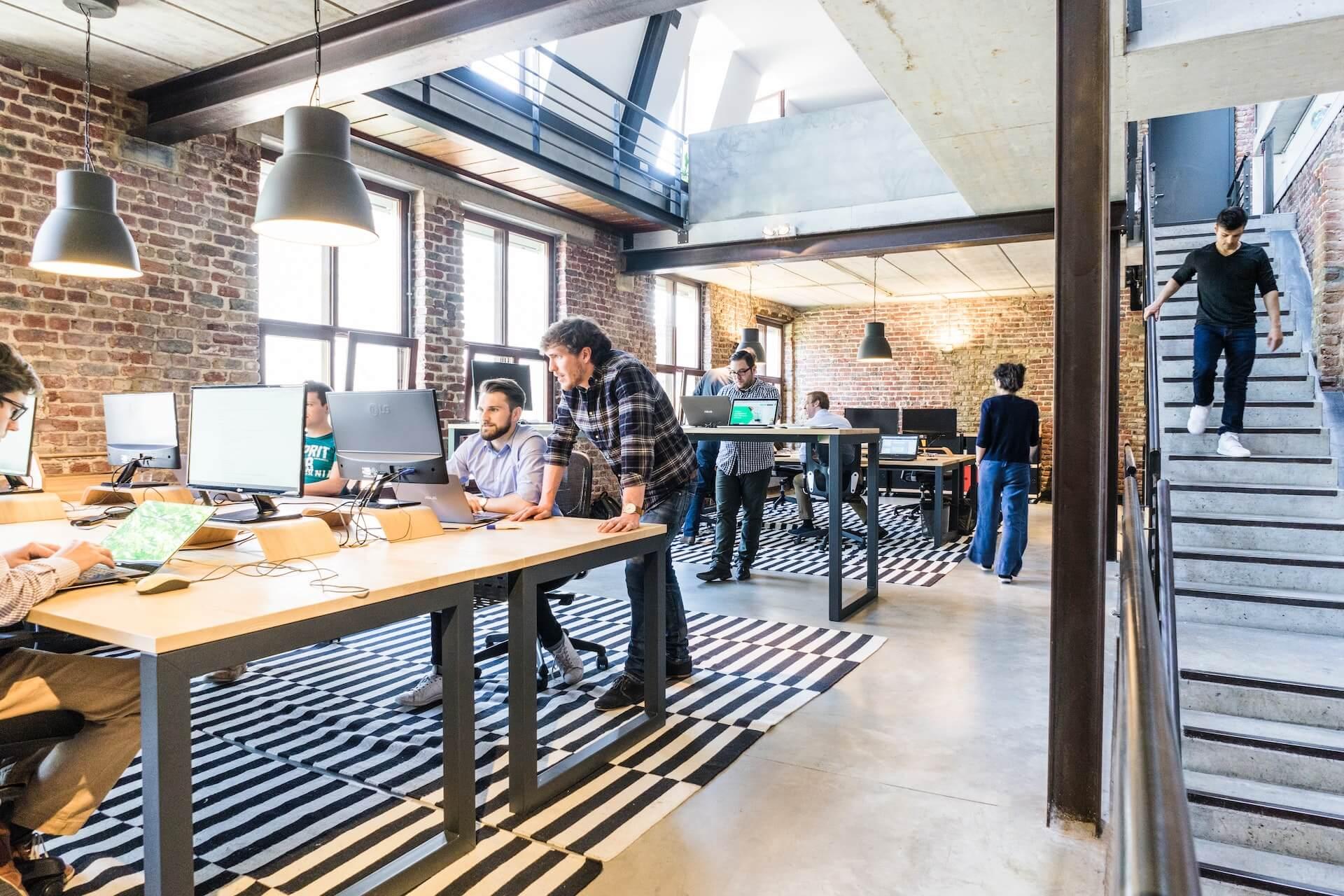 Foto. Pessoas jovens em em um ambiente de trabalho moderno.